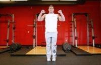 Подъём на носки стоя со спортивной резинкой в руках