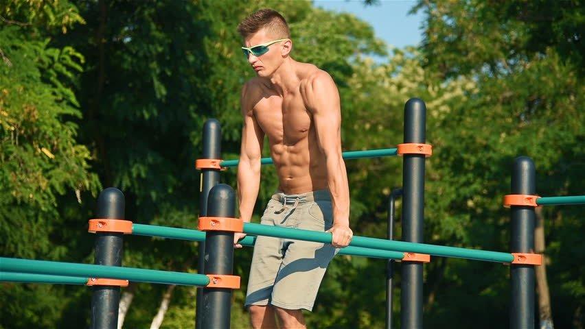 Как накачать грудные мышцы на турнике и брусьях