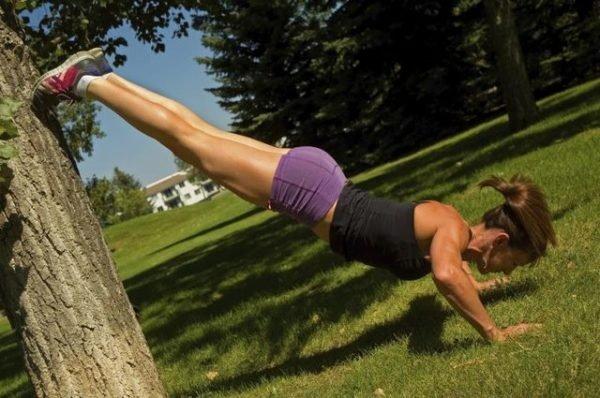 Как накачать плечи отжиманиями